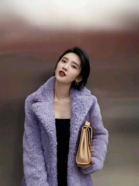 唐艺昕羊羔毛大衣搭配黑色连衣裙,器宇不凡,被赞最美辣妈