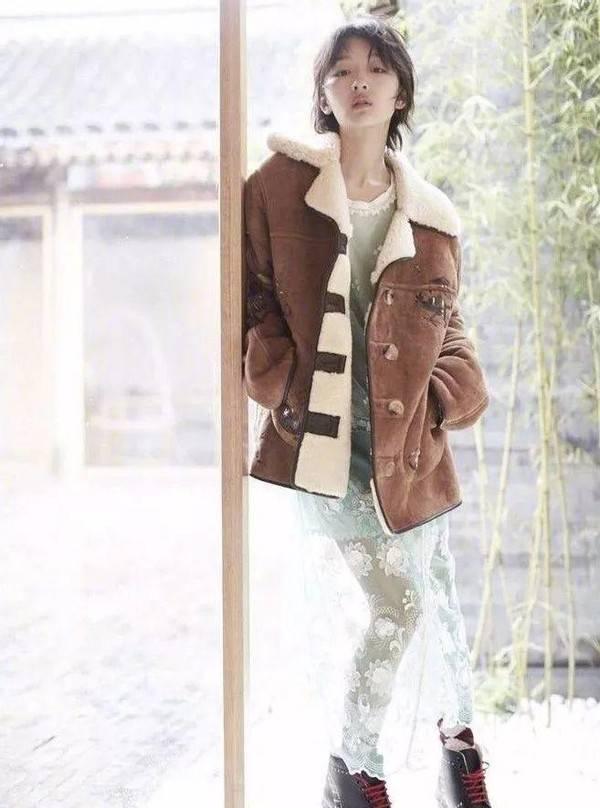 原创             周冬雨生图曝光,穿羊羔绒配衬衫又酷又美,素颜肌肤嫩得能掐出水