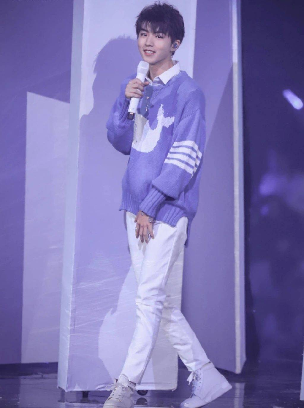王俊凯壁纸:蓝色海豚毛衣白色裤子,给人的感觉好甜