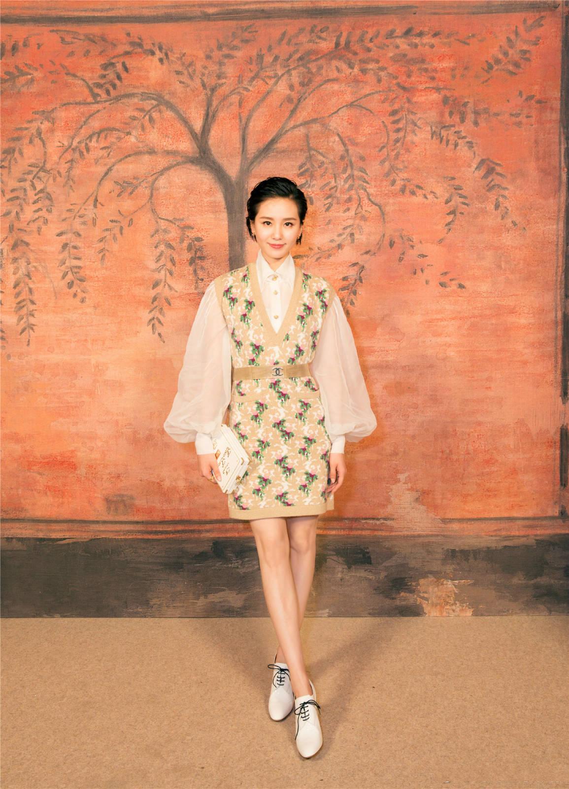看看而今黑长直的刘诗uwin电竞游戏诗,反而纪念起了她的短