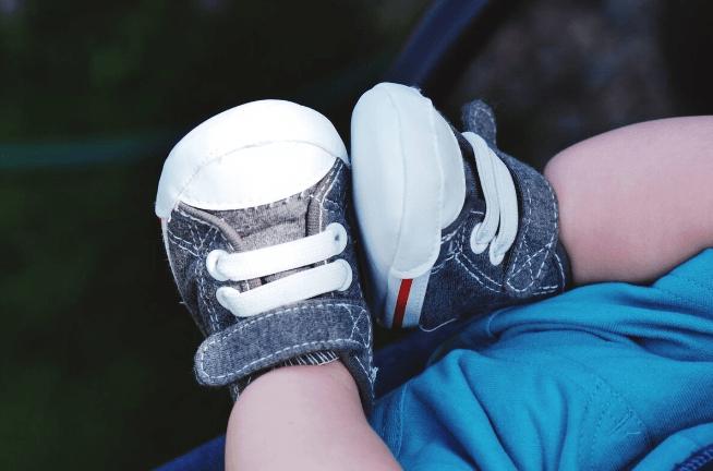 """帮宝宝选鞋一定要选大一号的吗?买鞋""""夏5冬10""""是原则,不要光想着。"""