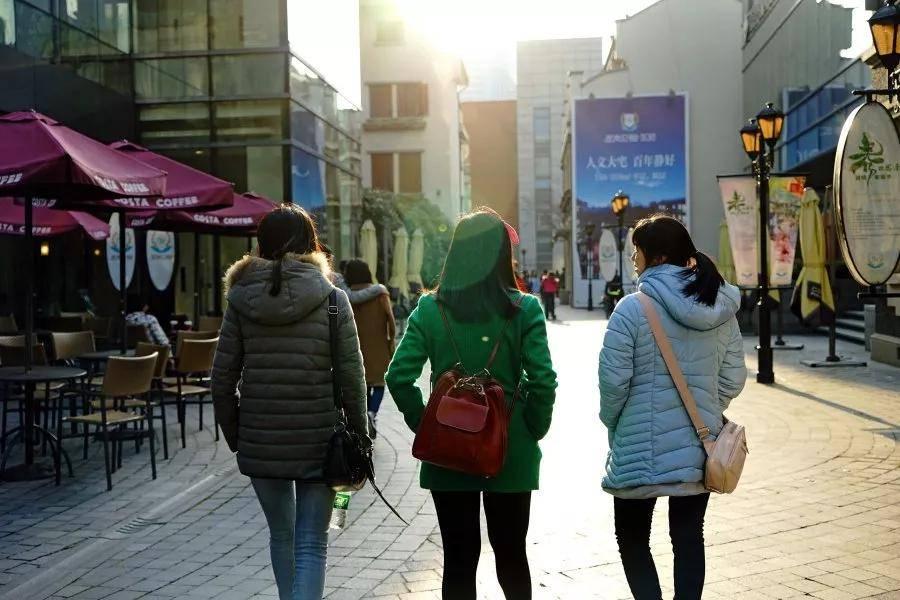 """被""""月入过万""""的打工人:中国人的真实收入究竟是多少?"""