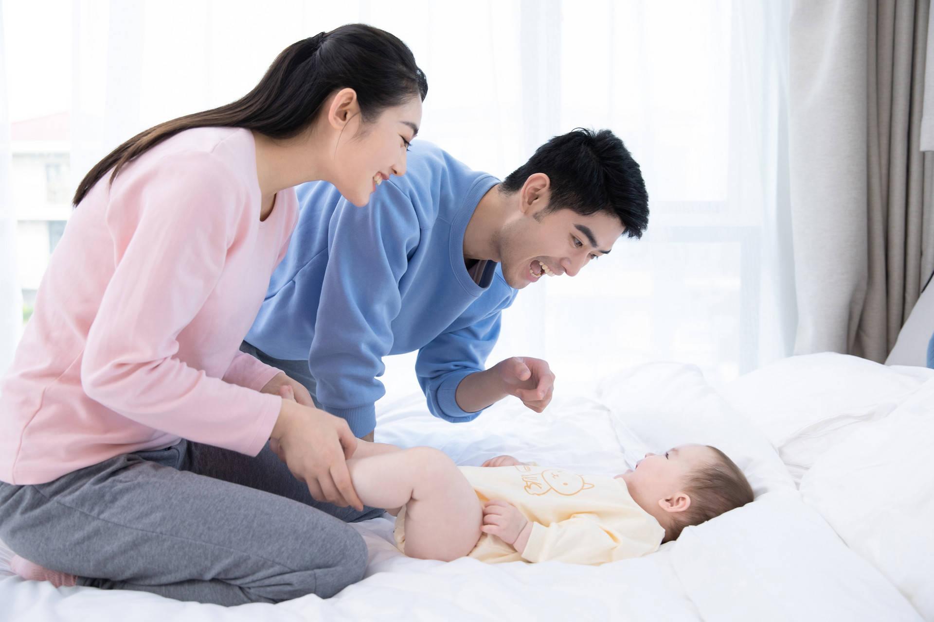 """""""吃醋宝宝""""火了,看到父母亲近哭着打爸爸,网友:生了个情敌"""