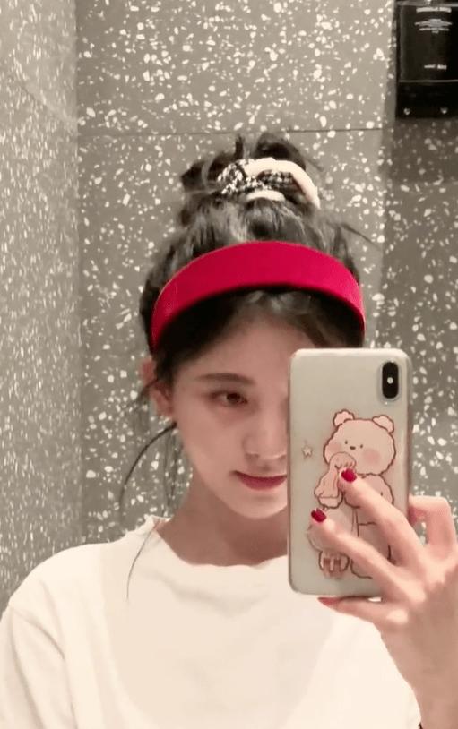 原创             鞠婧祎在浴室卸妆后纯素颜出镜,眼肿皮肤白皙颜值高,黑眼圈抢镜
