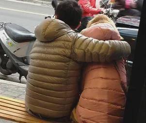 情侣在街上示爱,下一秒发现女朋友有尾巴?