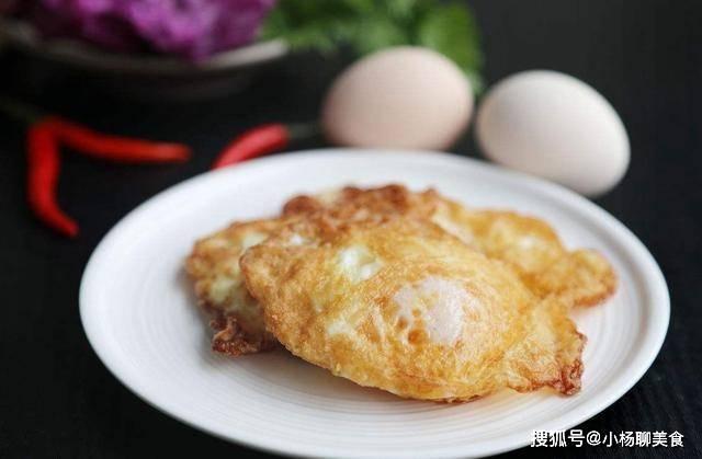 煎荷包蛋时,保证不粘锅才是煎荷包蛋的关键,这样荷包蛋又圆又香