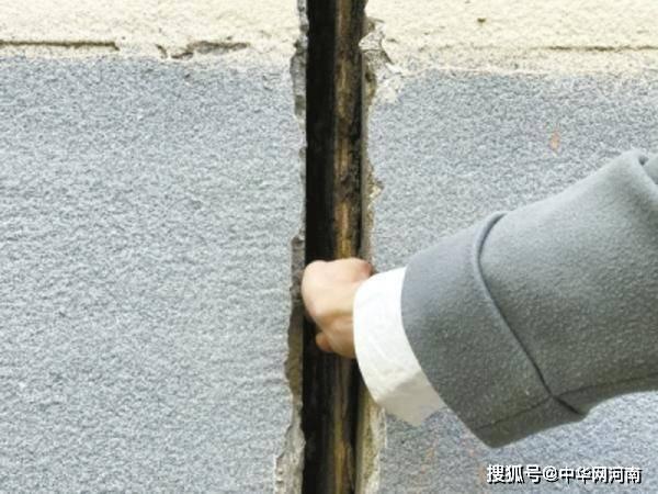 """郑州一居民楼外墙半年前""""长""""了条裂缝 现在拳头都能伸进去了"""