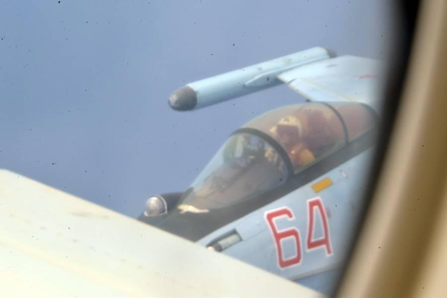 """原来脸色苍白的美国飞行员对着空中喊道:""""太危险了!为什么?"""""""