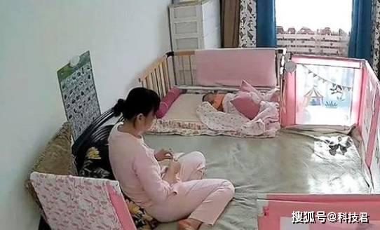 保姆和孩子在家,宝妈不放心看监控,看到的画面让她感觉太幸运了