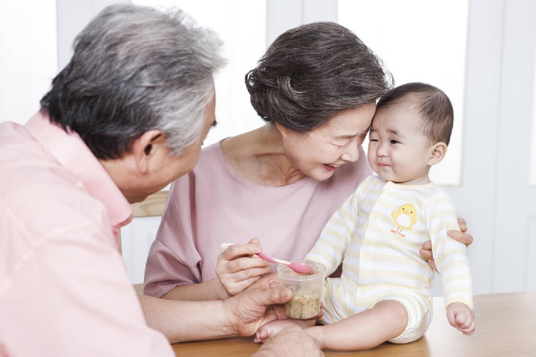 原创《宝贝秋千,谁抱谁亲》?你的宝宝不认识人并不意味着你们不亲密