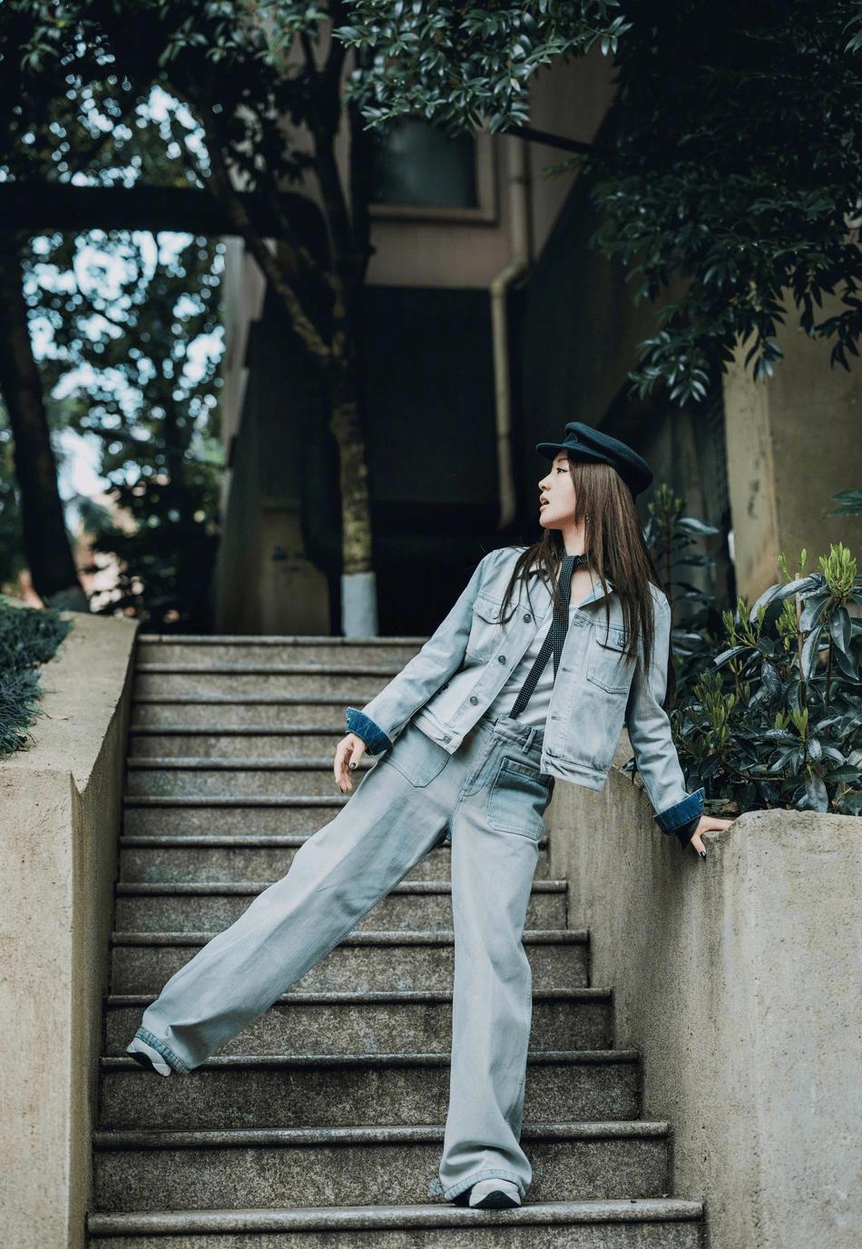 原来的杨钰莹很少改变风格,穿着水洗牛仔裤搭配圆点领带,中性帅气又不失俏皮