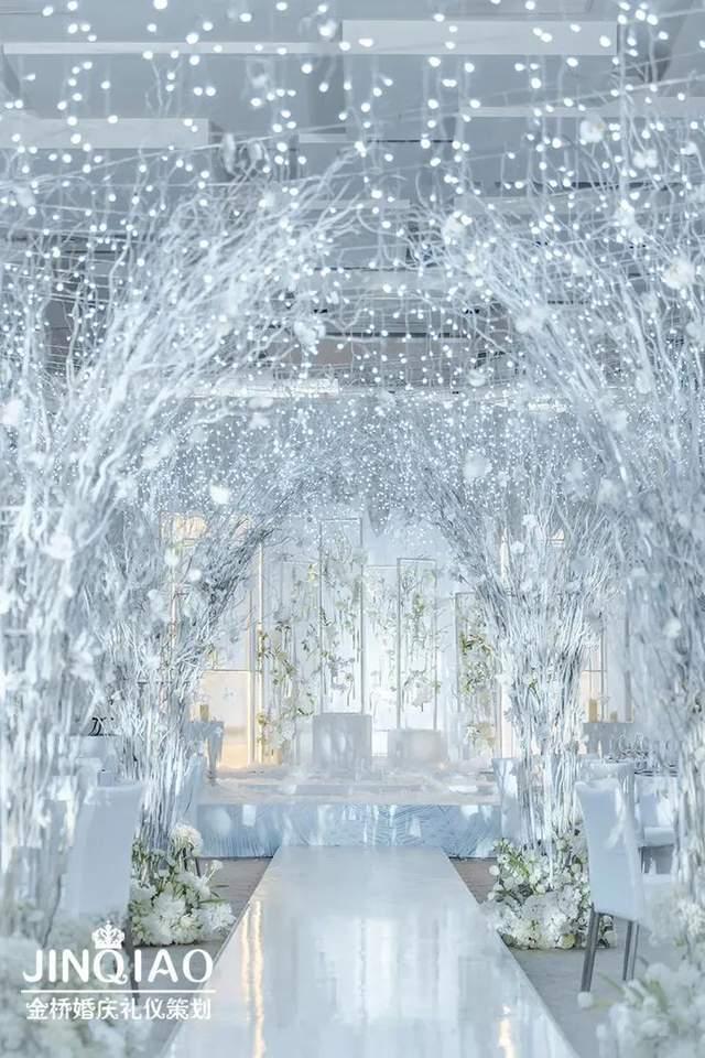 当纯白色和水晶蓝色,它呈现一个清晰和优雅的婚礼