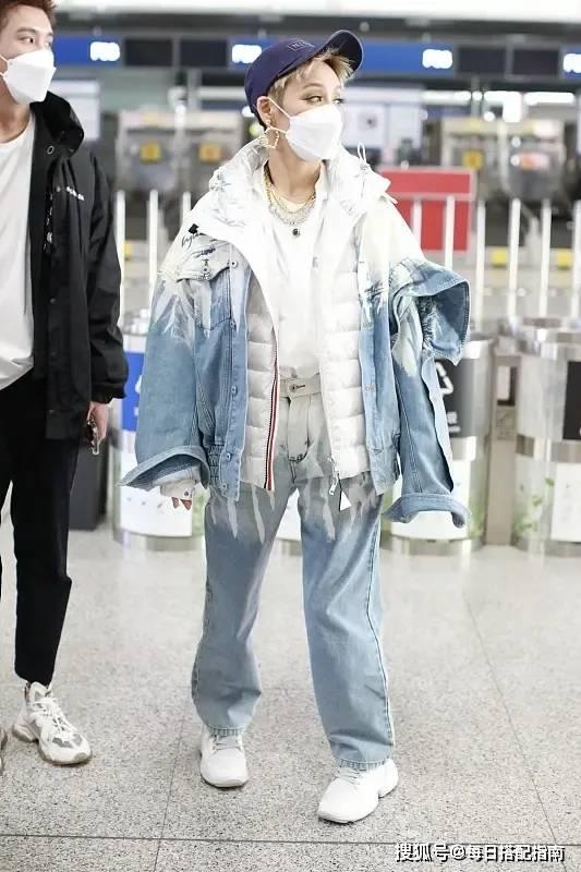 原创             宁静的时尚真难懂!穿扎染牛仔外套叠穿羽绒服,一身混搭意外好看