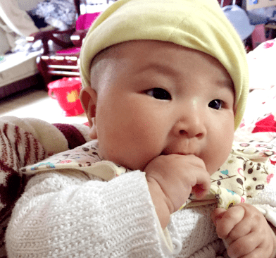 宝宝总是喜欢吃手,家长到底需不需要阻止?还是要看情况而定