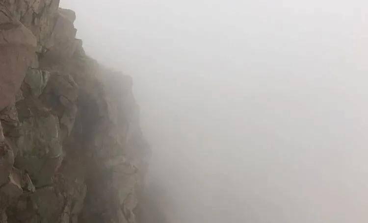 15人爬锦屏山被困山崖下,紧急时刻