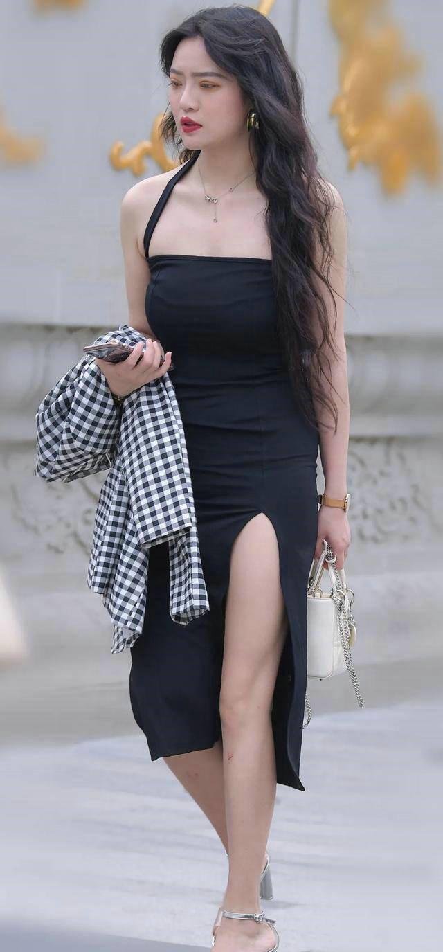 吊带风格的连衣裙,呈现出来的效果还十分迷人,美的精致
