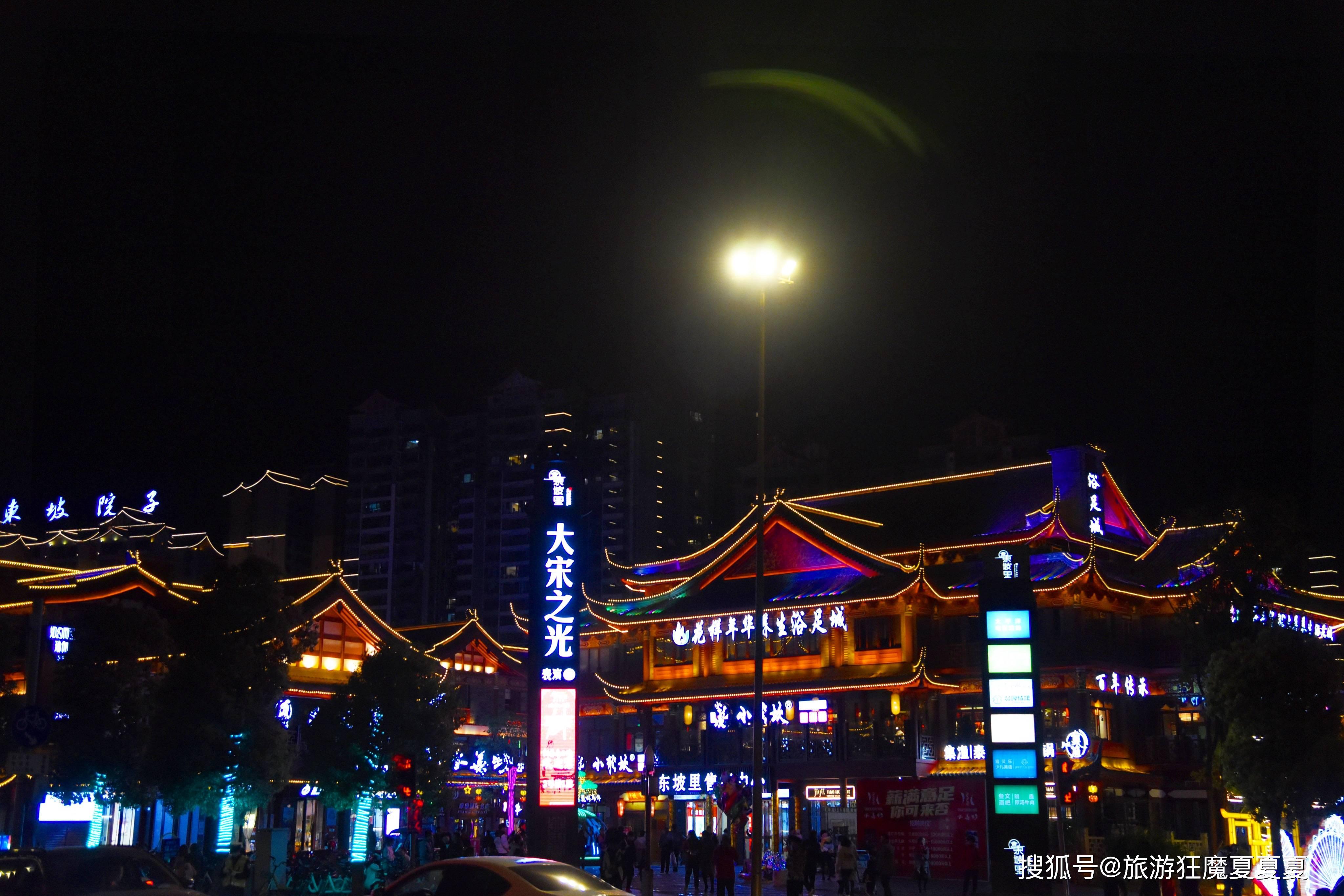 四川眉山的商业中心,每天堵得水泄不通,这条街究竟有什么魅力?