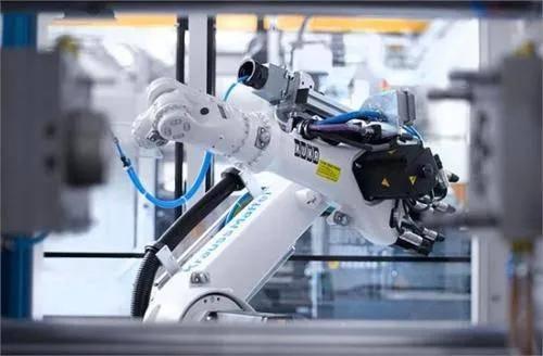 """从""""跟随""""到""""共同奔跑"""":中国工业机器人产业发展中的问题"""