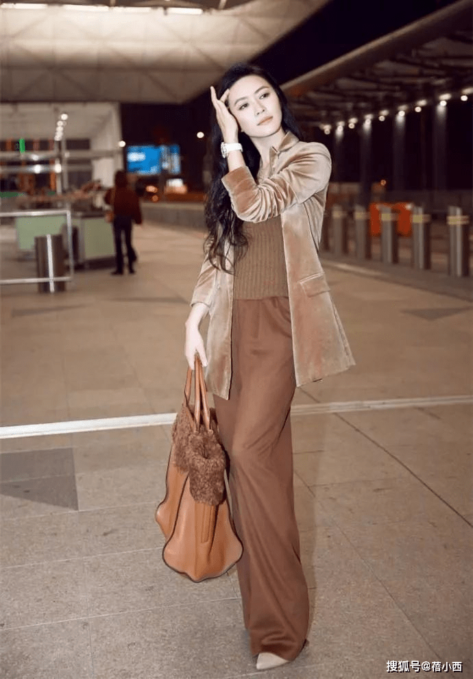 田海蓉又带女儿去国外,一袭粉裙配草帽像贵妇,13岁女儿像公主