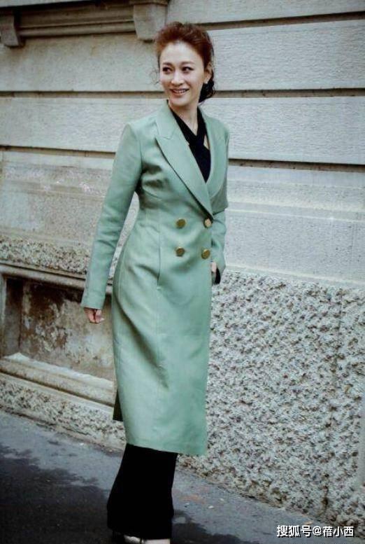 """李小冉穿出了""""阿姨辈""""想要的高级感,绿大衣配西装裤,简约大气"""