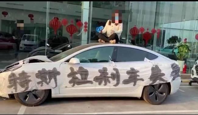 女车主坐车顶维权,特斯拉的技术真如宣传的那么完美吗?