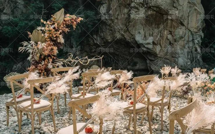 简单的装饰配上花艺枯枝,一场融入在大自然里