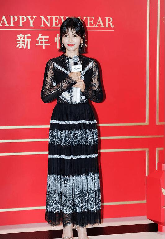 刘涛穿衣挺有小心机的,穿紧身裙显出小细腰,沙漏身材真让人着迷