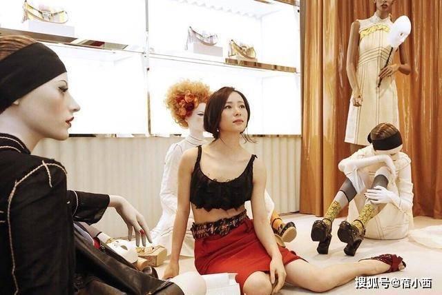 江一燕换了风格大变样,黑色小背心配红色包臀裙,身材不输女团