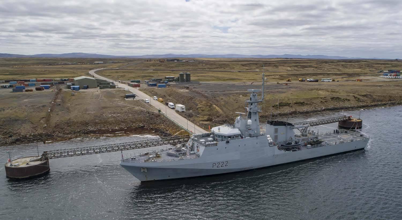 英国新航母和3艘战舰,集结军港蓄势待发,细看竟找不出1枚导弹