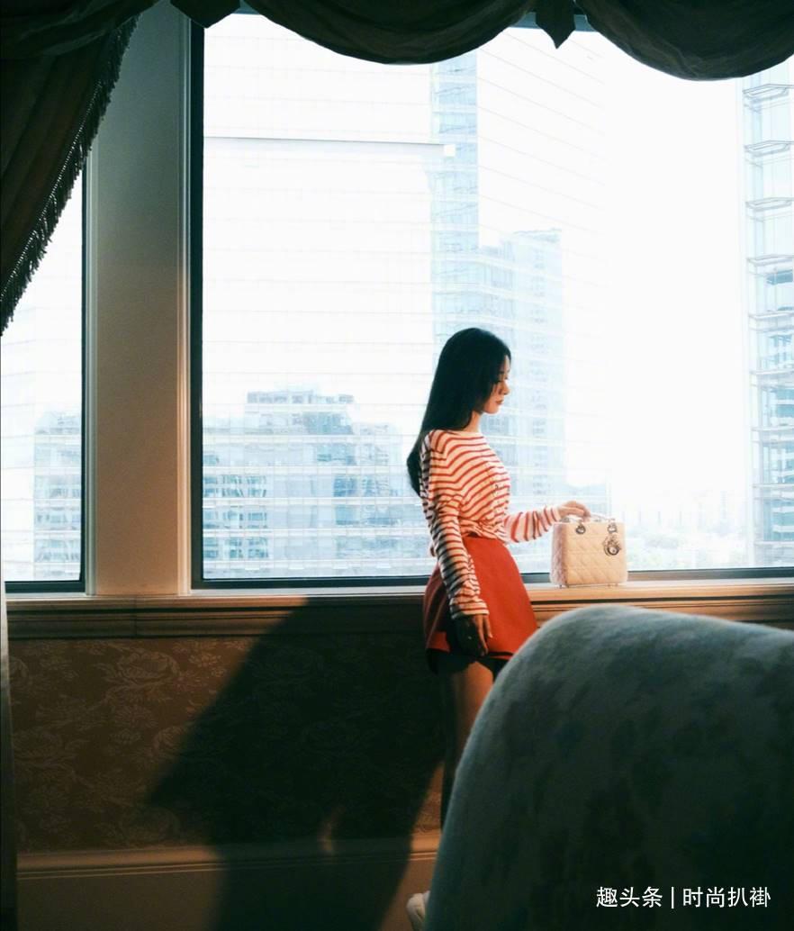 赵丽颖又清瘦了!《中餐厅》穿搭大秀好身材,蓝色露脐短T好清纯