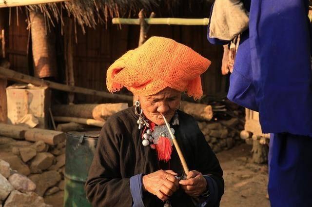 中国最后一个原始部落,习俗保留了3000年,妇女烟不离手