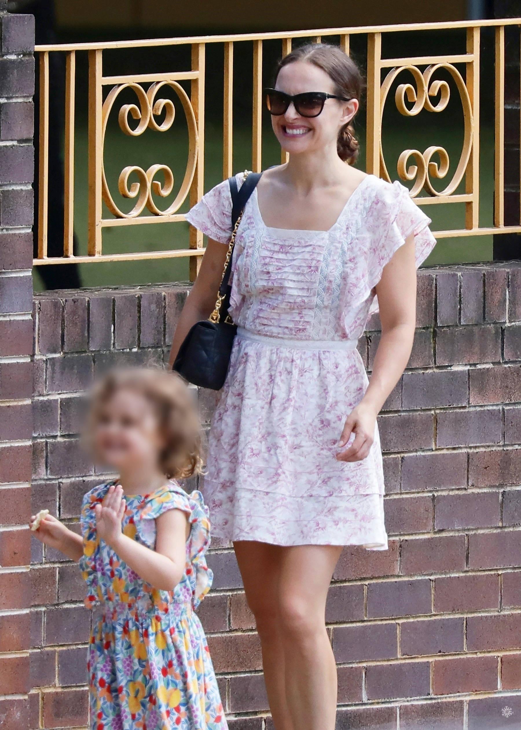40岁娜塔莉波特曼接娃也好美,穿短裙秀美腿,五五分身材抢镜