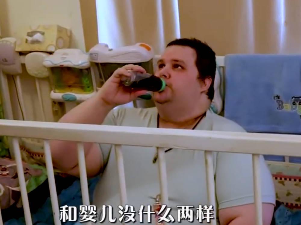 33岁美国男子坚称自己两岁,穿纸尿裤用奶瓶,妈妈担忧其未来