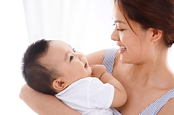 新生宝宝应该怎么抱?宝宝为何会哭闹?新手爸爸妈妈这几点要知道