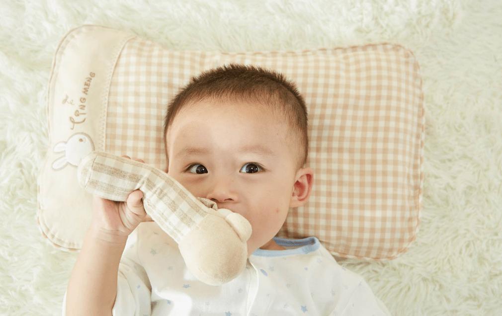 小婴儿多大可以开始用枕头?月龄只是参考标准,主要还得看信号