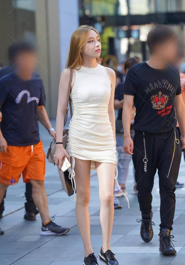 别被时尚左右,气质女生穿连衣短裙出行,秀出了优雅亮眼的造型