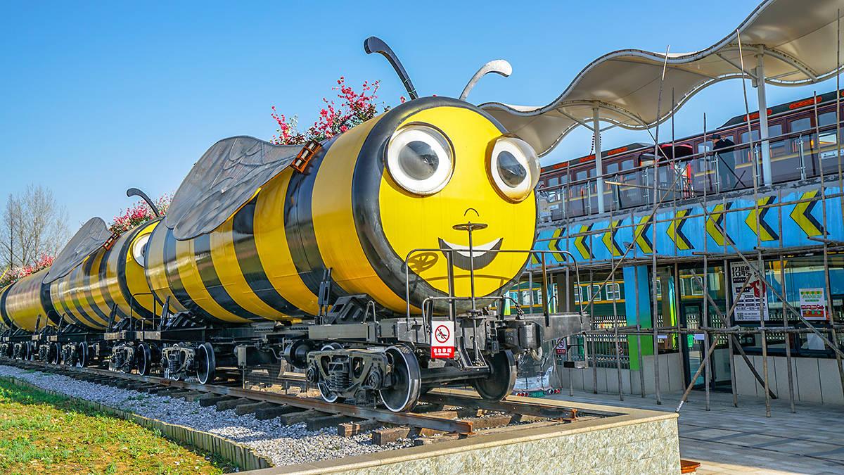 原创             脱离铁轨的报废火车车厢,能变成蚱蜢和小蜜蜂么?嘿嘿还真变成了