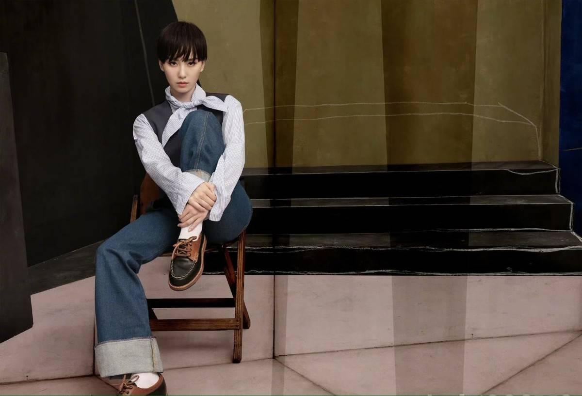 刘诗诗短发造型颠UWIN电竞覆,条纹衬衫阔腿裤复古
