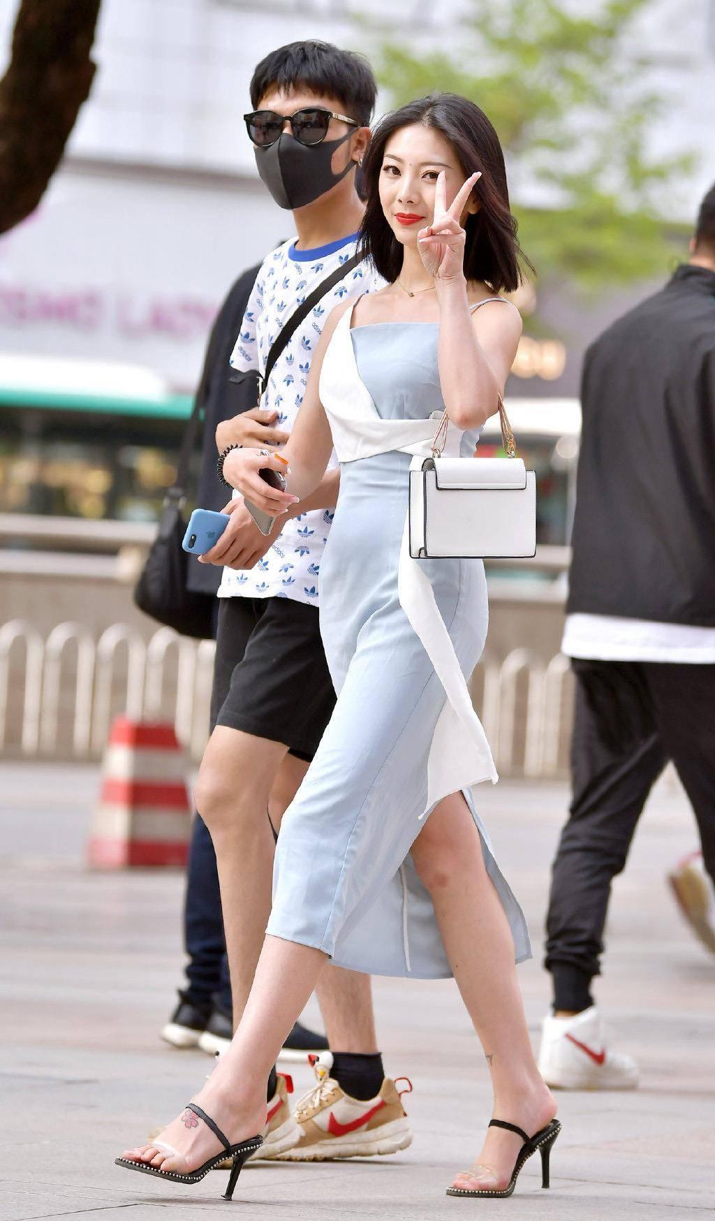 修身的吊带连衣裙,时尚洋气又显身材,尽显十足女人味