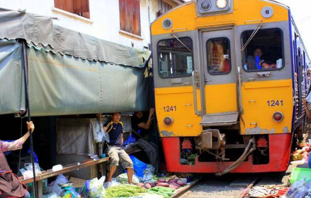 泰国最牛菜市场,敢跟铁路争地盘,宁愿每天收摊8次也不肯搬迁