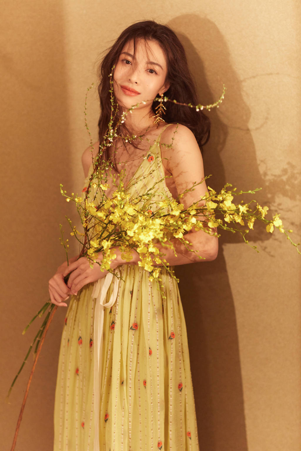 """原创             钟楚曦""""骨感""""的身材真迷人!羊毛卷发型搭配印花吊带,高贵优雅"""