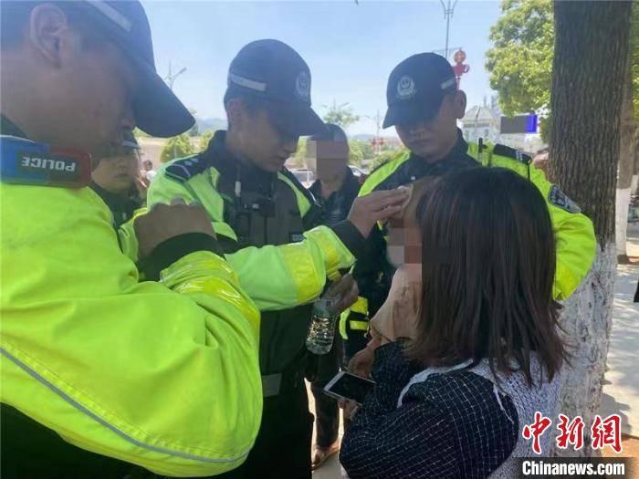 云南:1岁幼儿高温天被锁车内 民警20秒破窗救援