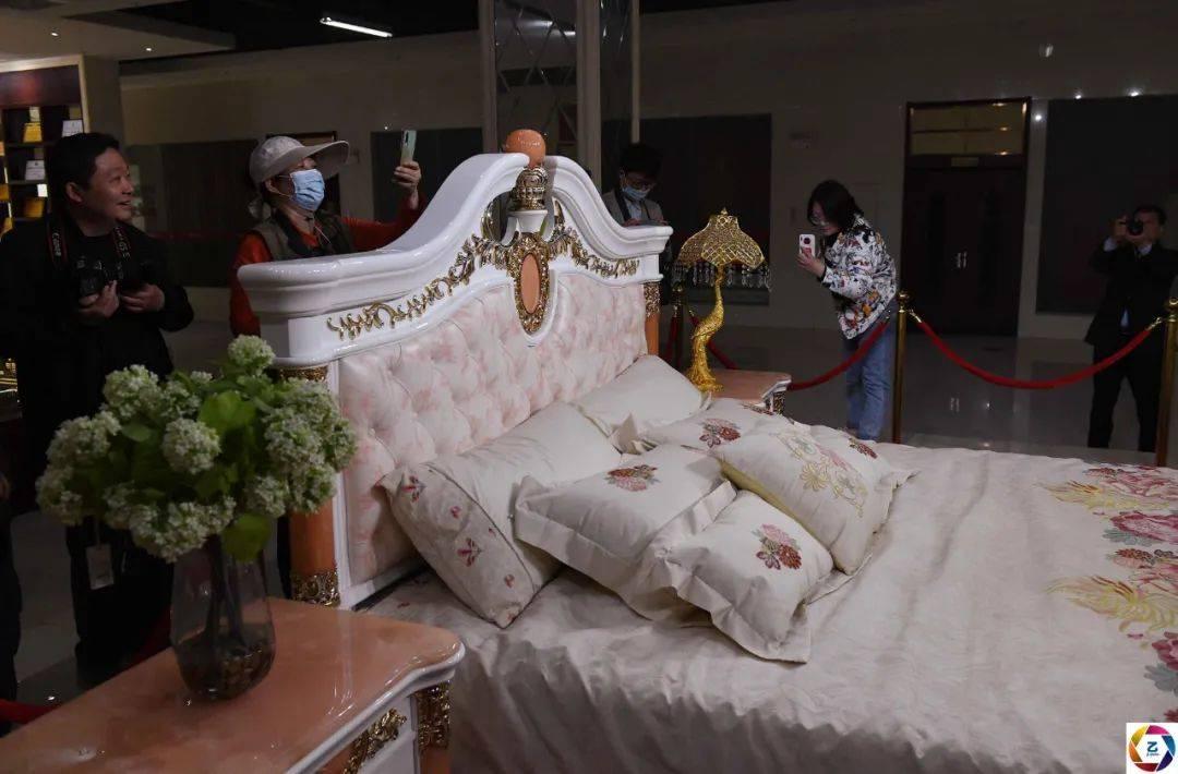 原创             用钻石黄金美玉镶嵌的床,标价588万,观者惊叹:感觉睡在钞票上