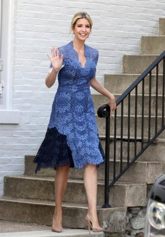 伊万卡的超模身材绝了,一袭蓝色蕾丝连衣裙优雅精致,腰臀比罕见