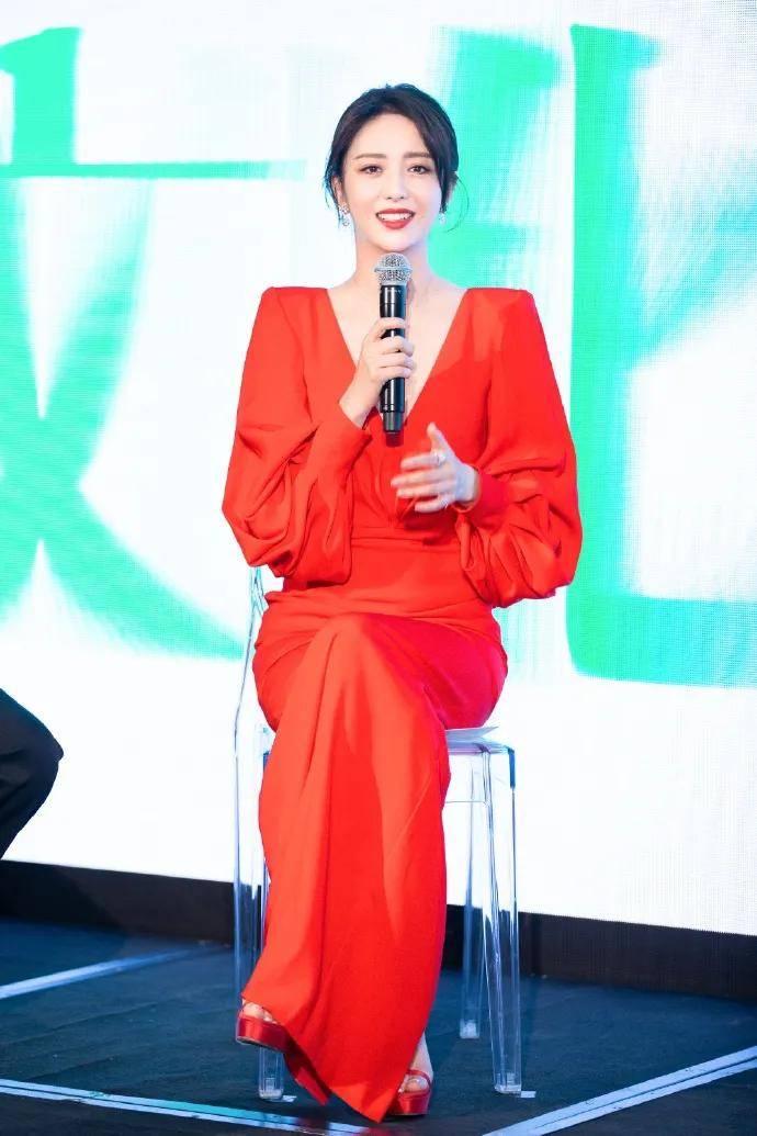 佟丽娅一袭深V红裙太惊艳了!新疆大美女性感靓丽