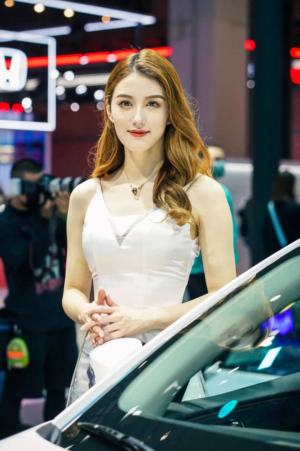 图赏:上海车展上的车模小姐姐们(图21)