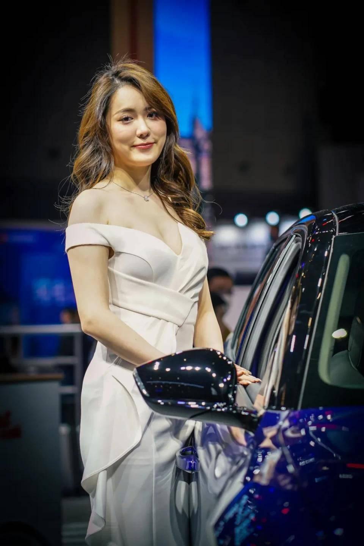 图赏:上海车展上的车模小姐姐们