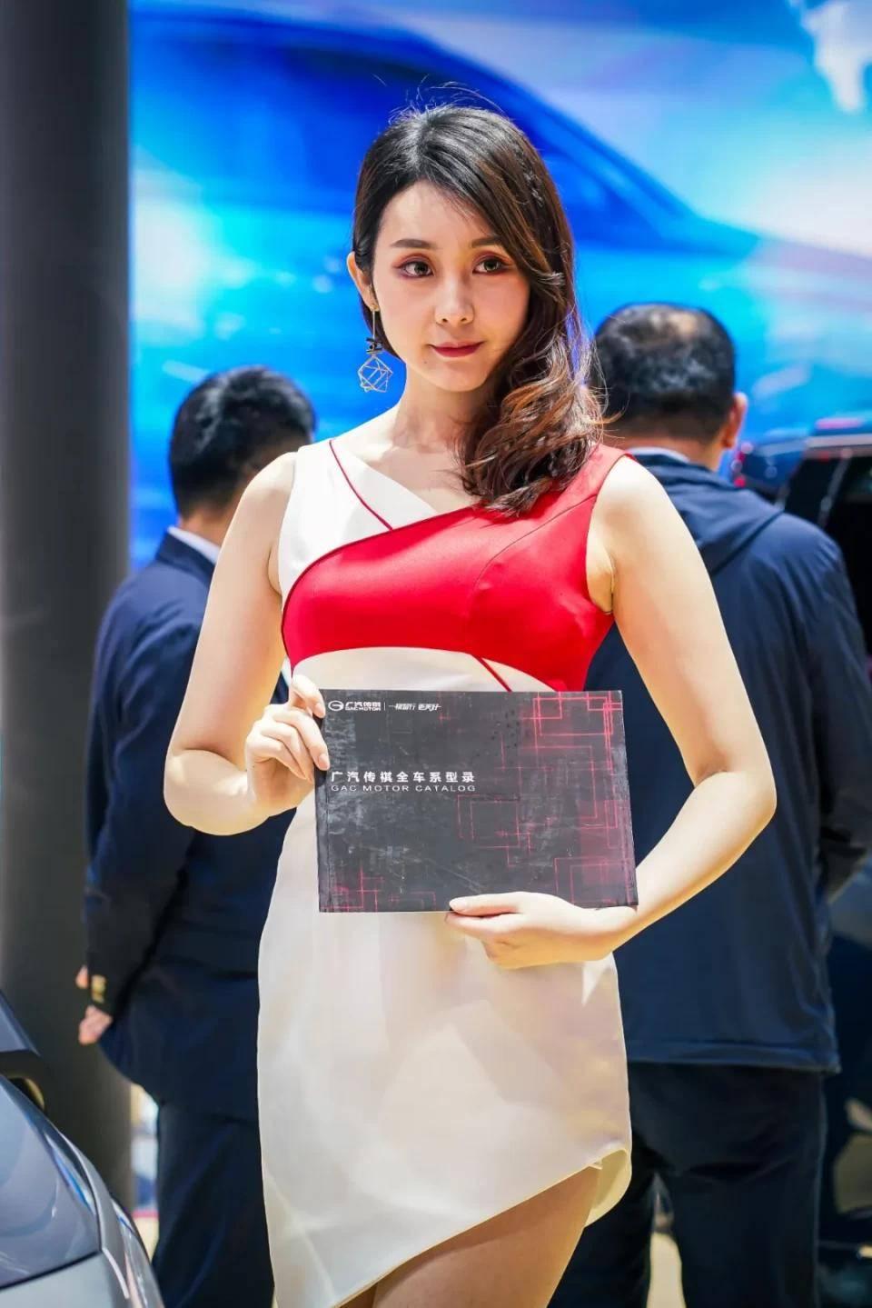 图赏:上海车展上的车模小姐姐们(图27)