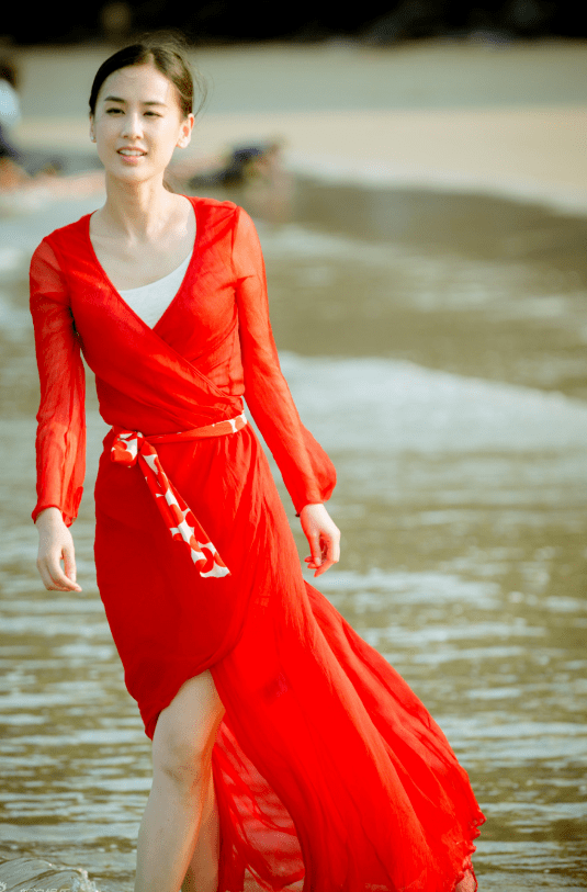 霍思燕的身材在嫂子界拔尖,穿红色吊带连衣裙高挑纤瘦,气质全开