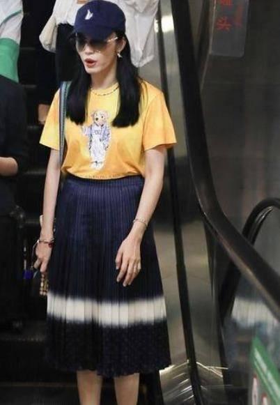 原创             姚晨太大胆!地摊货短恤+半身裙的搭配,却穿出潮人的高级感